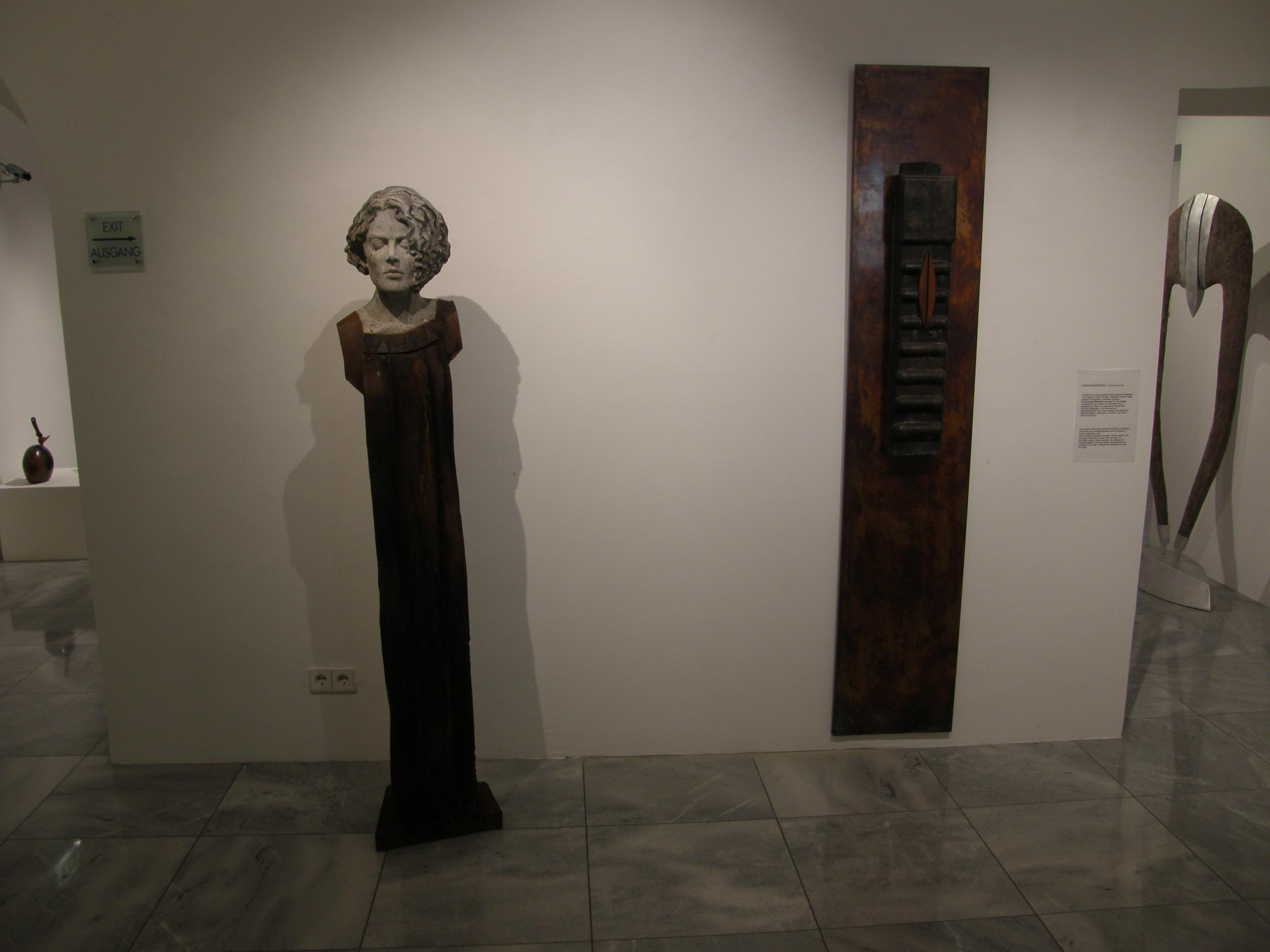 """""""Nela II"""", (Stahl, Steinguss - 2010)  rechts davon -  """"black magic woman"""" (Steinguss pat., Kupfertafel pat., Holz - 2008)"""