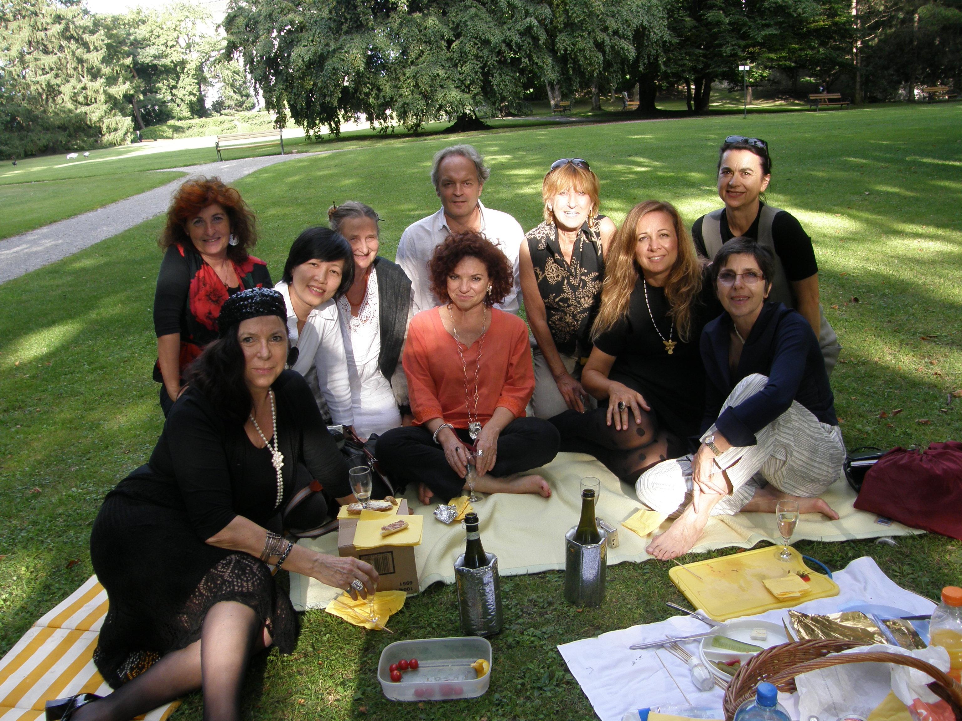 """Gemeinsames """"Picknick"""" im Schlosshof Ambras"""